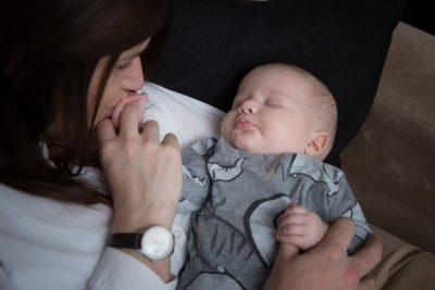 Mum kissing her child's fingers in family photo shoot in Henley